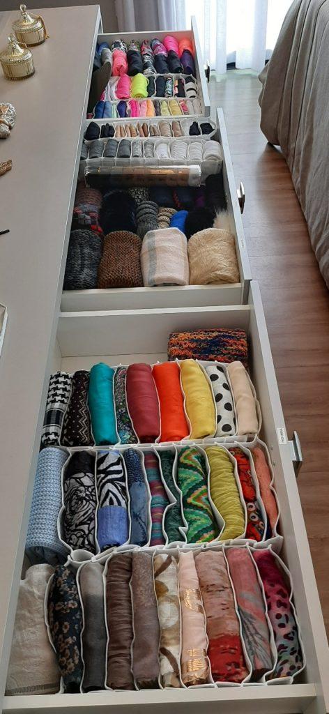 Lenços e echarpes organizados por Personal Organizer em Colmeia organizadora