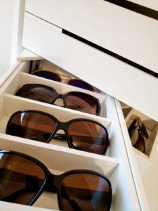Óculos organizados em porta-óculos
